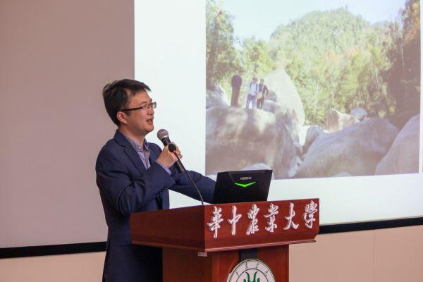 园艺林学学院教授、博士生导师徐强进行分享 【学通社记者 章洁瑜 摄】