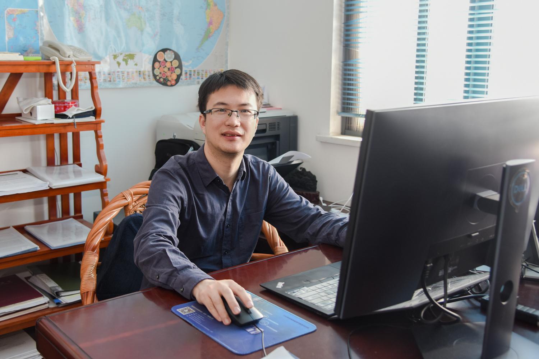 徐强老师正在电脑前工作【新闻中心记者 蒋朝常 摄】_