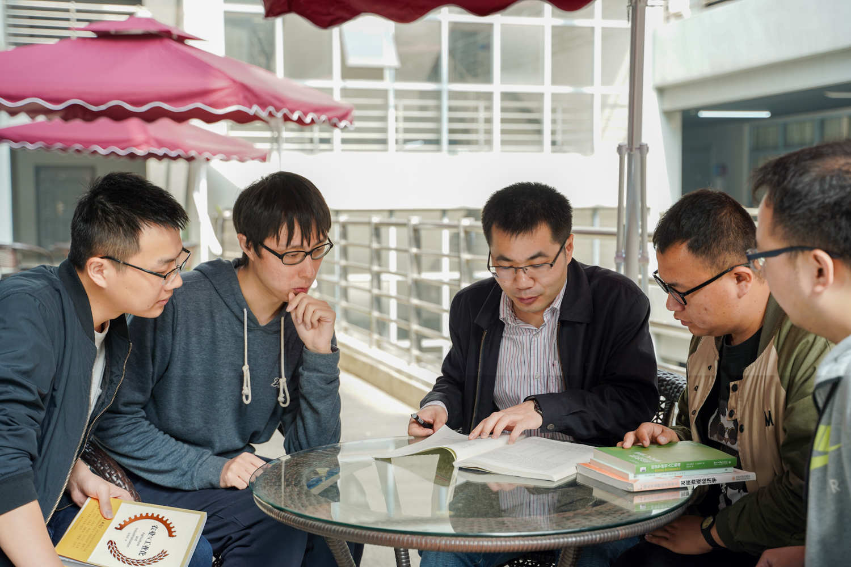 李谷成老师向同学们讲解难题【学通社记者 孙泊远 摄】