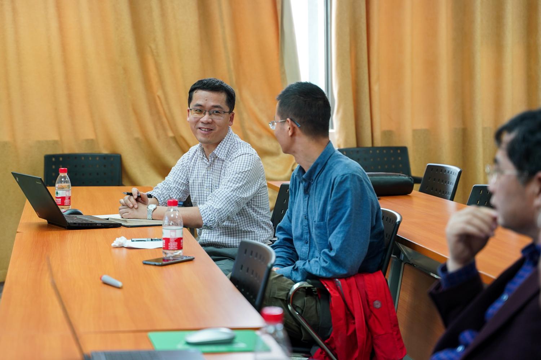 郭亮老师与其他老师一起讨论课题【学通社记者 孙泊远 摄】