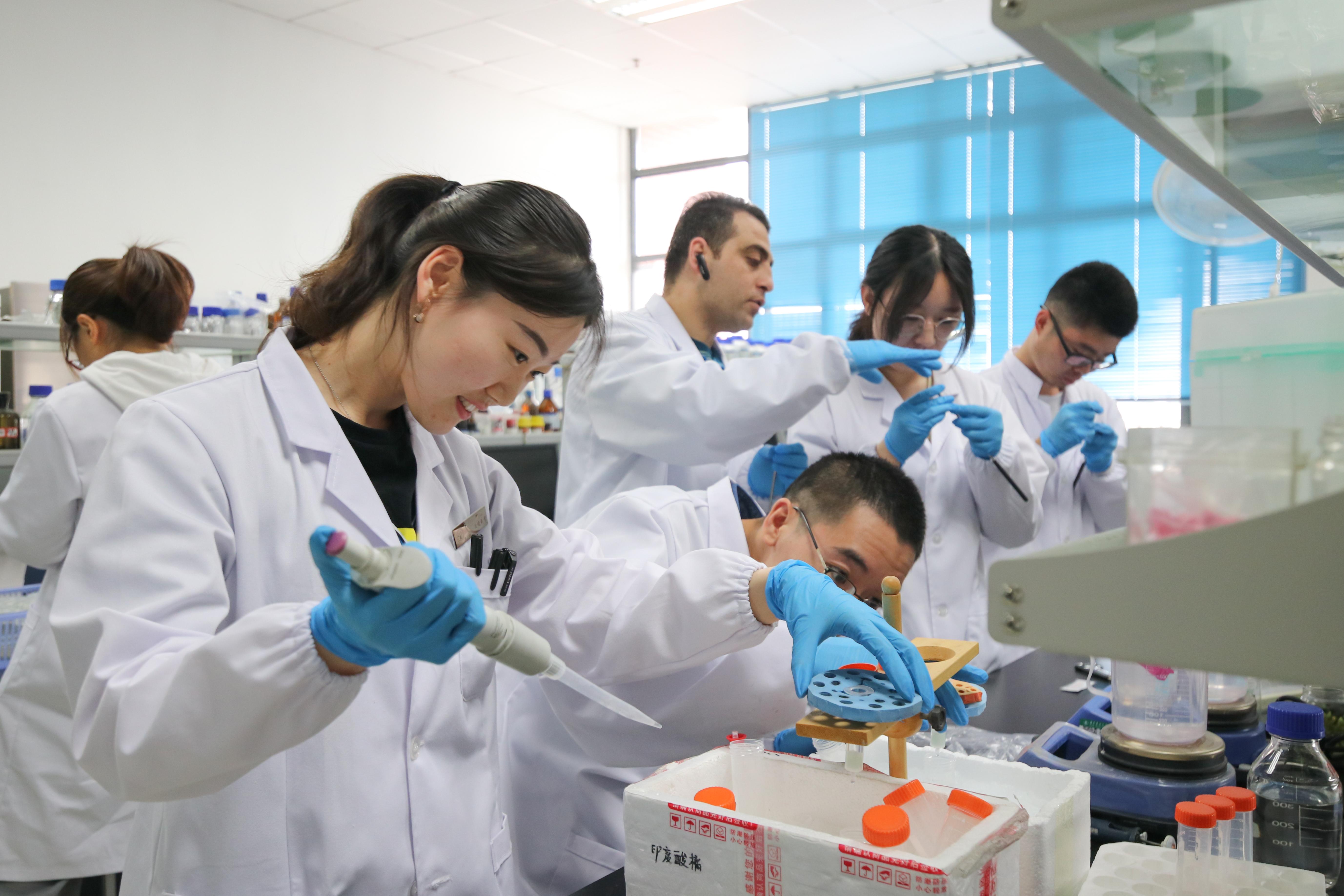 4逆境生物学与遗传改良实验室,师生正在紧张有序工作【学通社记者 章洁瑜 摄】
