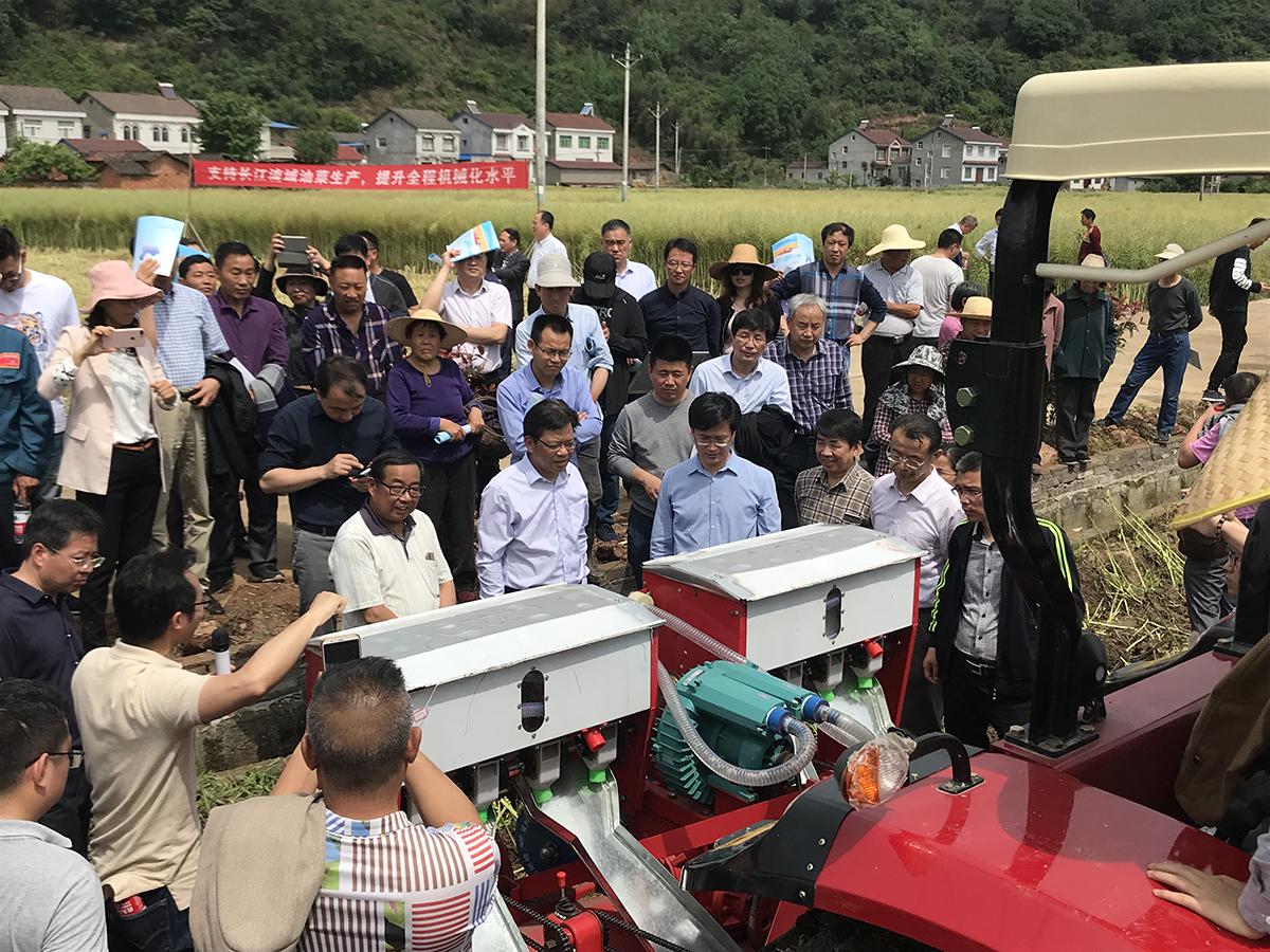 油菜机械化生产技术装备现场观摩会在襄阳举行