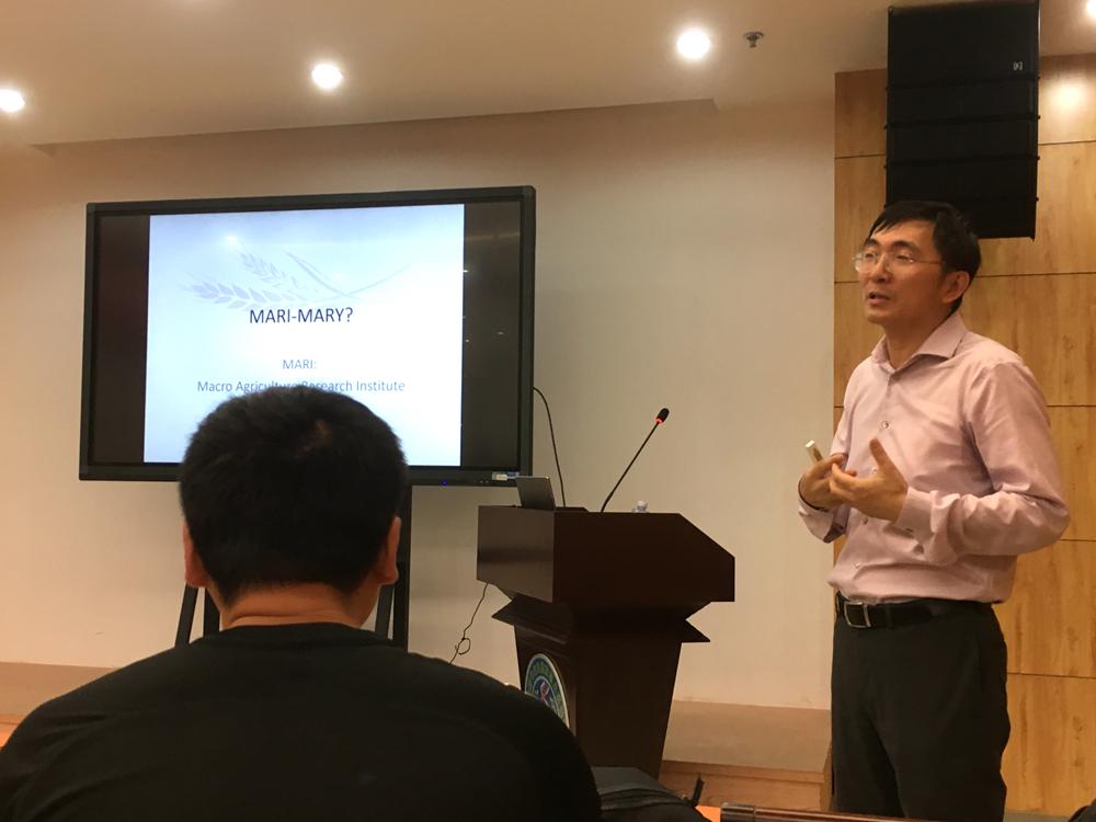 游良志老师在作物信息中心的讲座照片