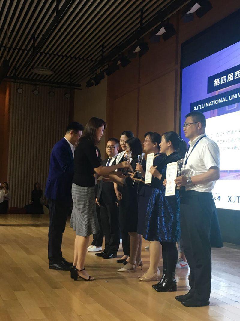 评委给曹敏惠颁发奖杯和证书 摄影:胡芬芬