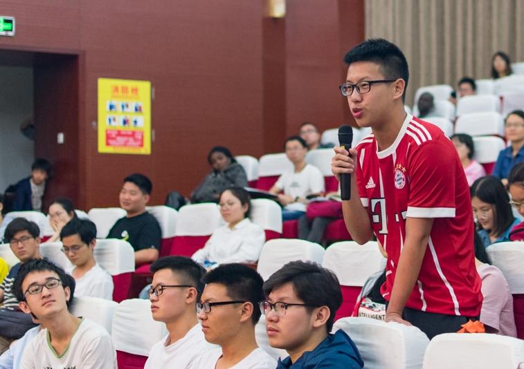 讲座结束后,一位同学向哈特穆特·米歇尔教授提出问题【学通社记者 刘航 摄】_副本