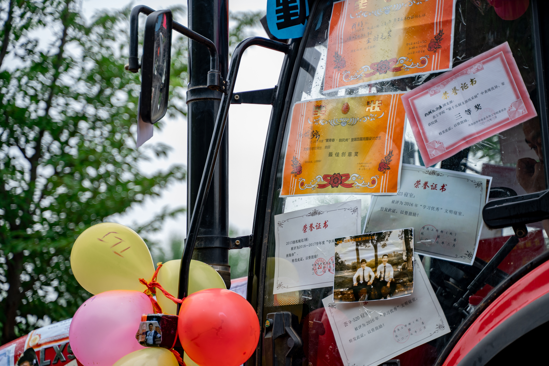 拖拉机上贴满了班级获得的荣誉奖状【学通社记者 罗腾 摄】
