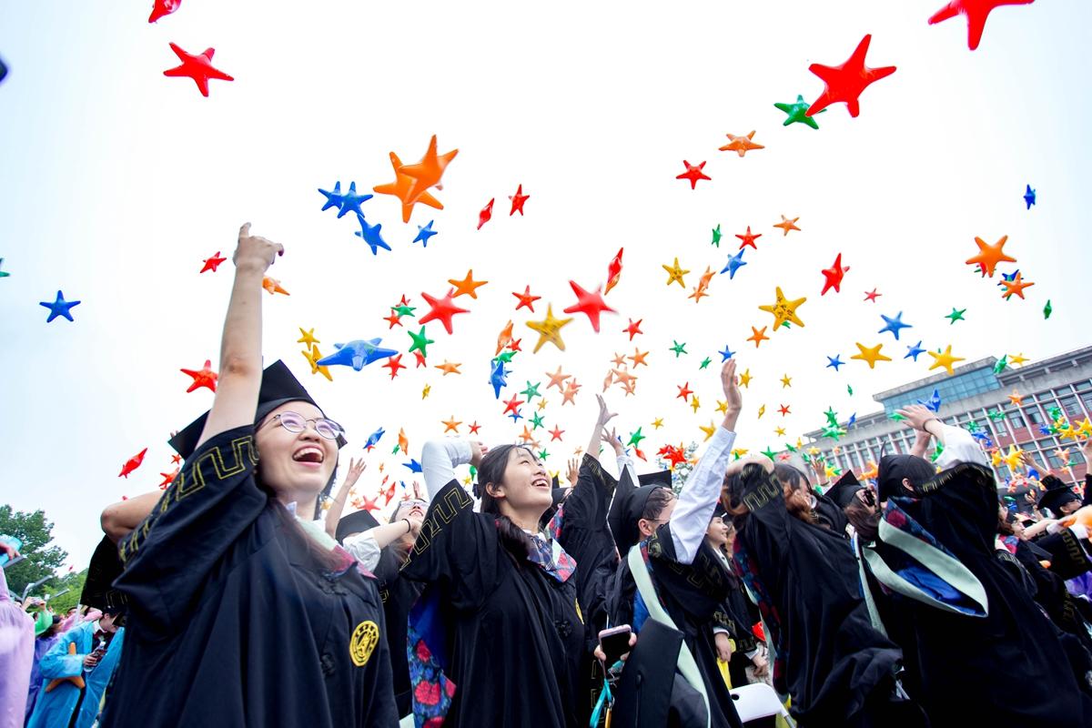 22日上午狮子山广场毕业典礼,植物科学技术学院同学将气球抛出【学通社记者 伍儆人 摄】的副本