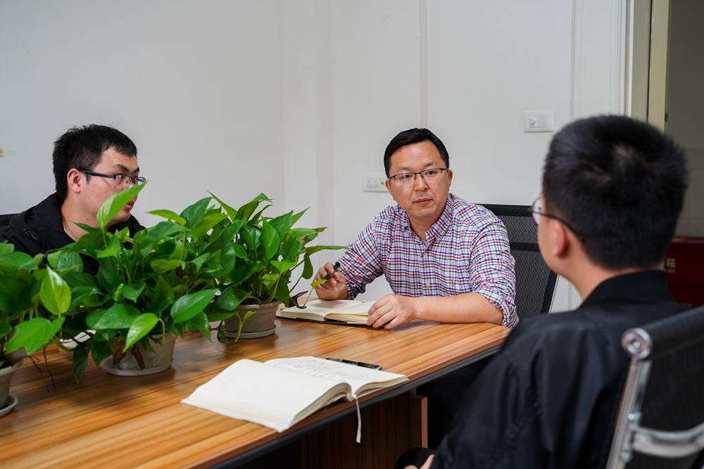 蔡鹏老师与同学们讨论交流【学通社记者 孙泊远 摄】