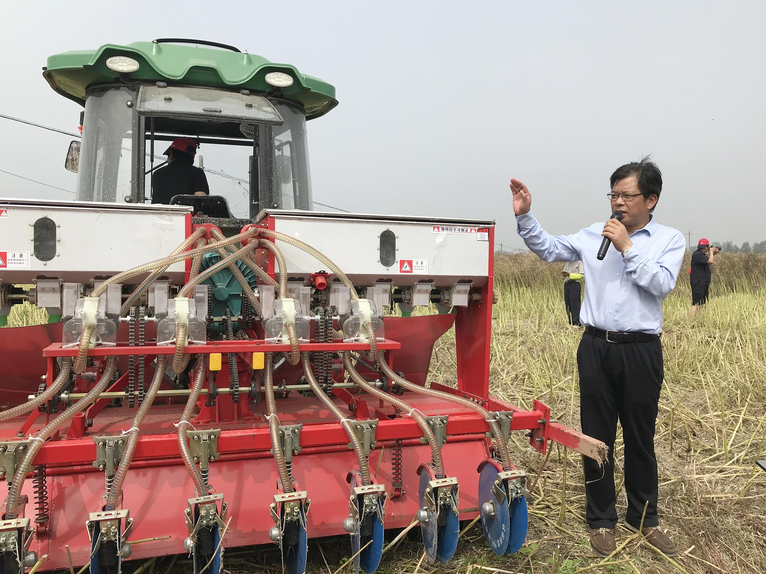 油菜精量联合直播机,今年在安徽望江一个大的现场会做讲解