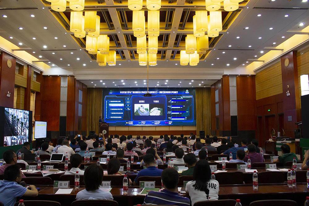 会上刘向东教授展示了澳门可靠投注平台和广西扬翔公司合作的成果【学通社记者 李靖威 摄】