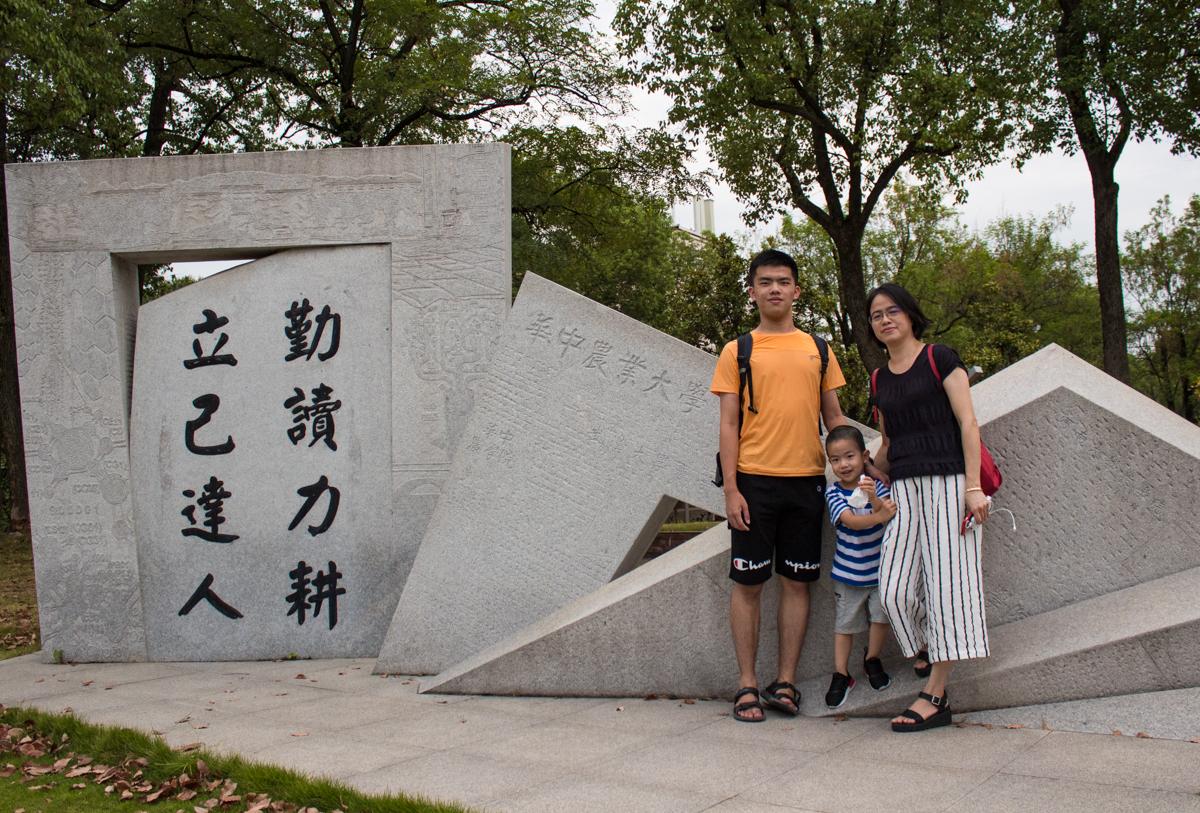 罗腾达与其家人合影【学通社记者 蔡子敬 摄】