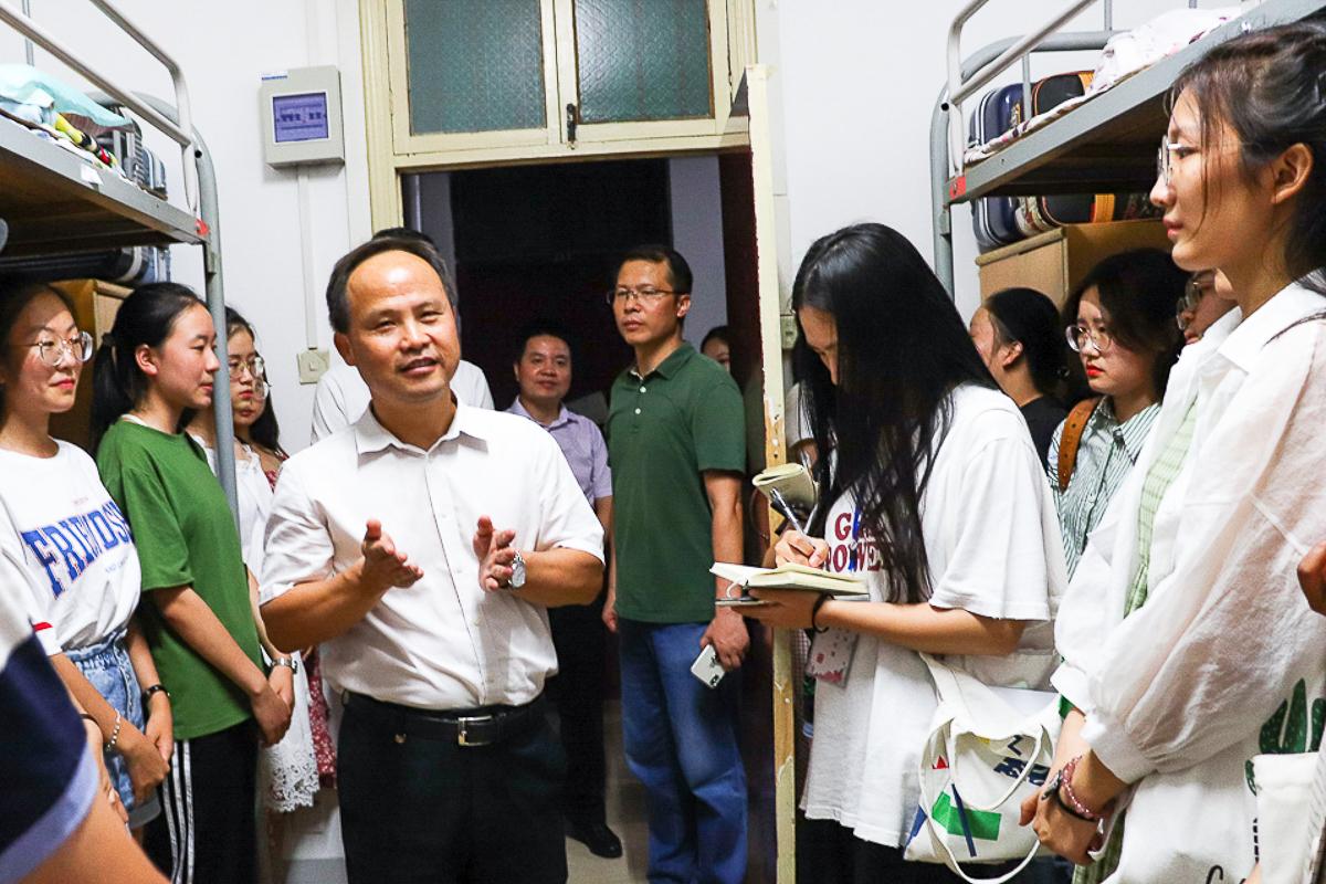 王建鸿副校长与社会学1902的新生亲切交谈【学通社记者冯芷阳摄】(1)