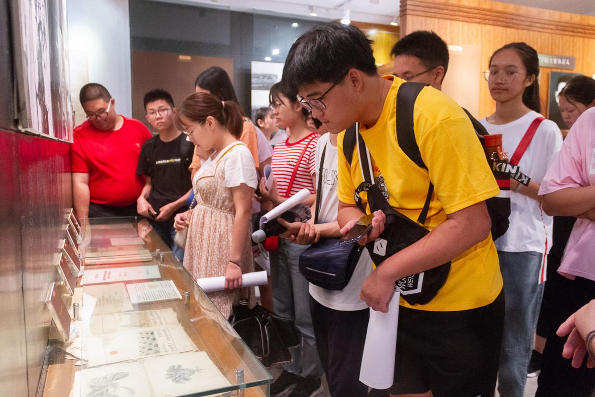 8月31日下午,新生弯腰观看华农老师为学生绘制的讲义【学通社记者 孟可欣 摄】