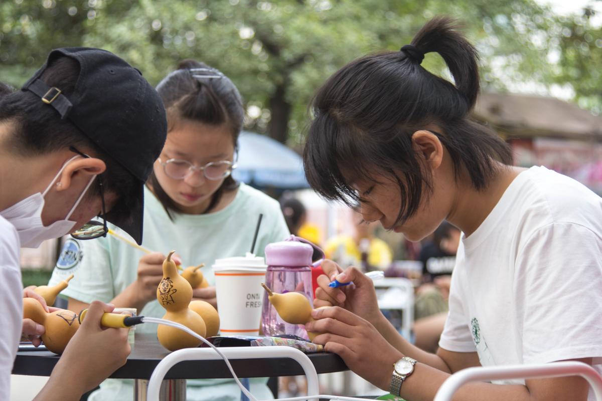 同学们参加溯源协会的制作体验 学通社记者朱宸樟摄
