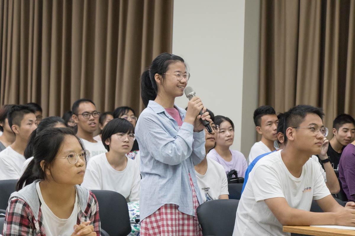 植物科学技术学院新生向姜道宏教授提问【学通社记者 黎晨聪 摄】