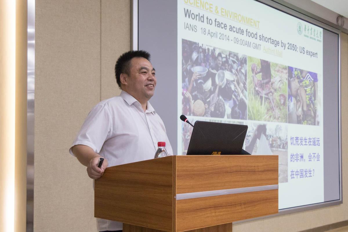 姜道宏给新生讲授现代农业与植物保护【学通社记者 黎晨聪 摄】