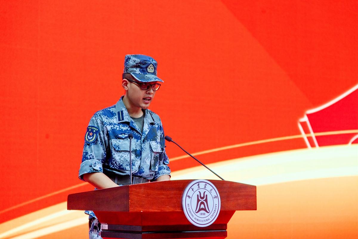 军训教官代表、中国人民解放军空军预警学院刘浩男同志发言【学通社记者 刘航 摄】