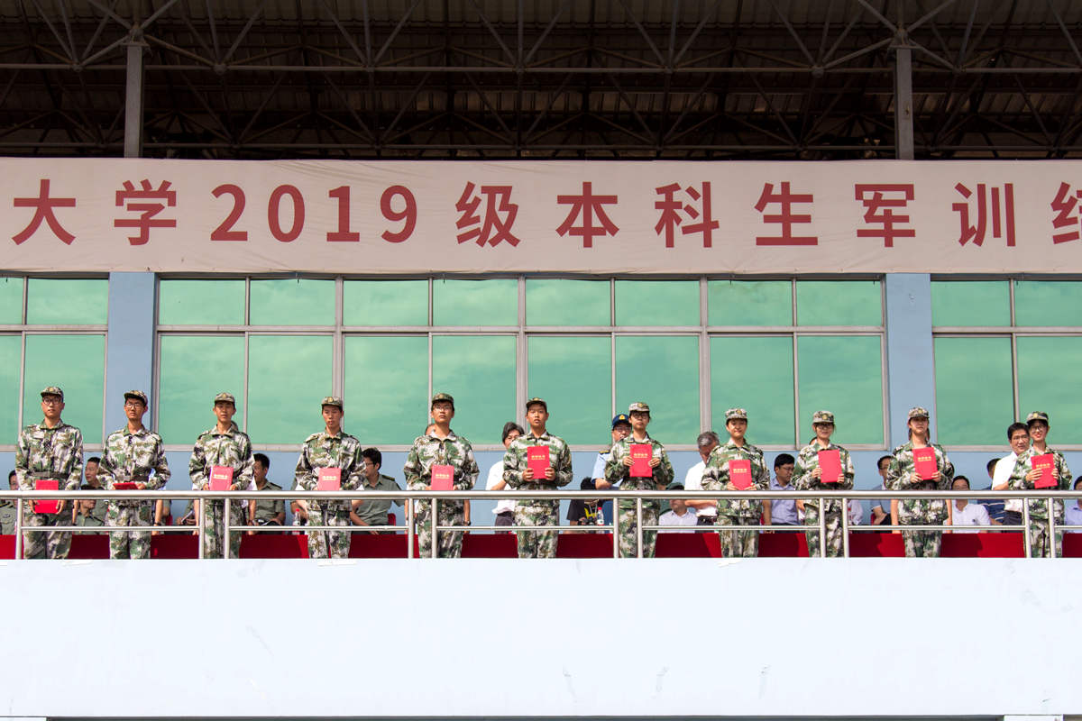 军训优秀学员代表领奖 学通社记者朱宸樟摄