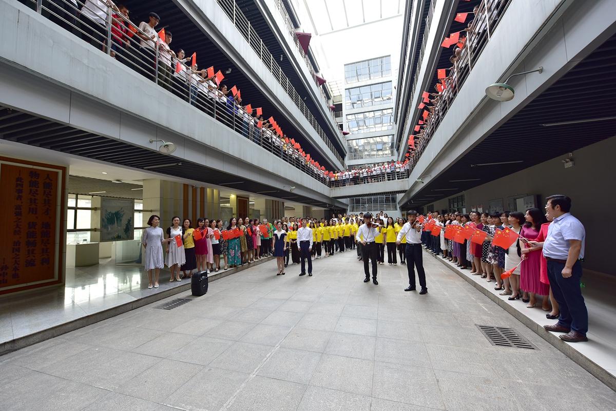 人文楼一楼公共管理学院主题党日活动。刘涛摄