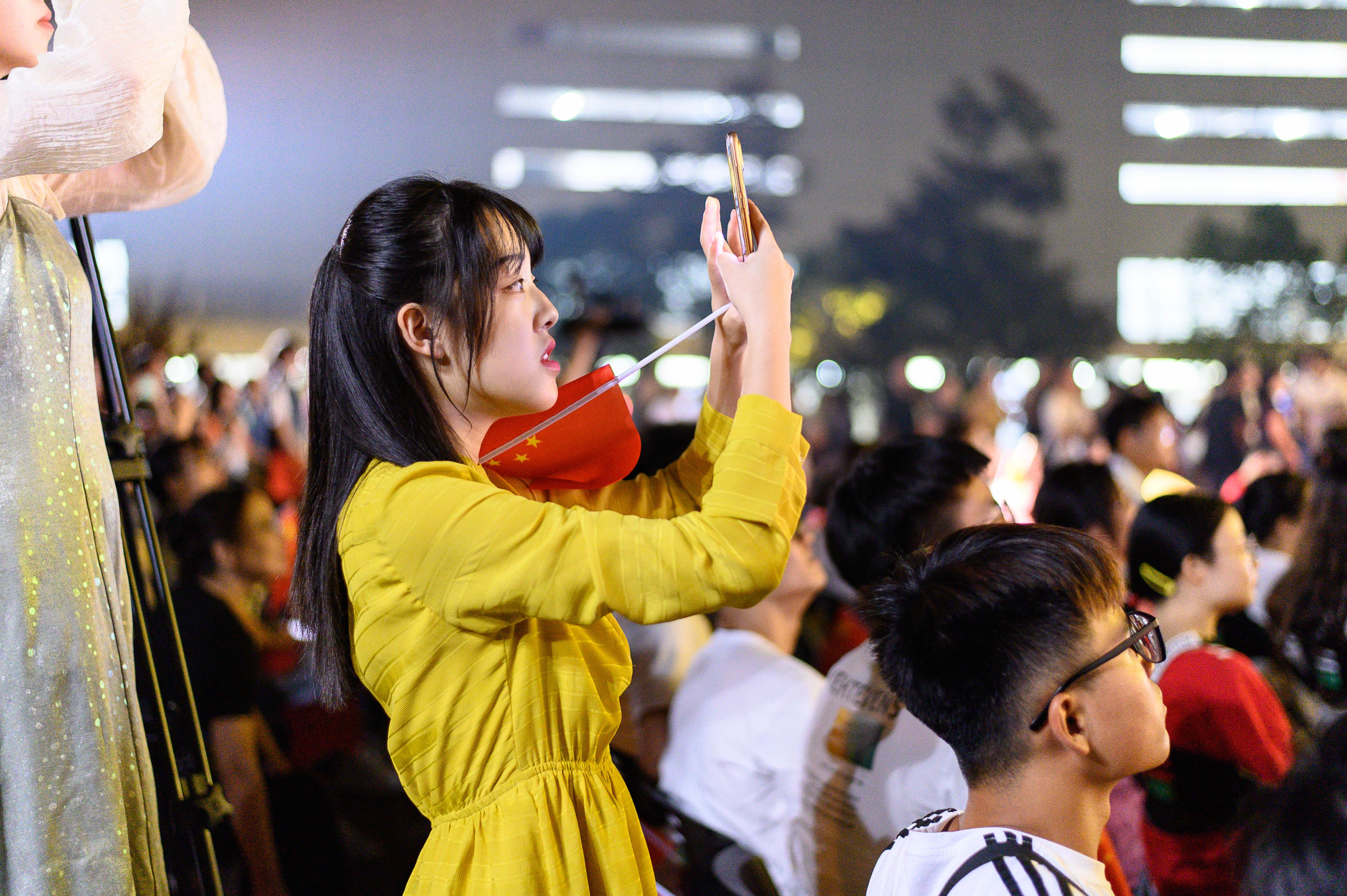 一名同学正在录像【学通社记者 刘航 摄】