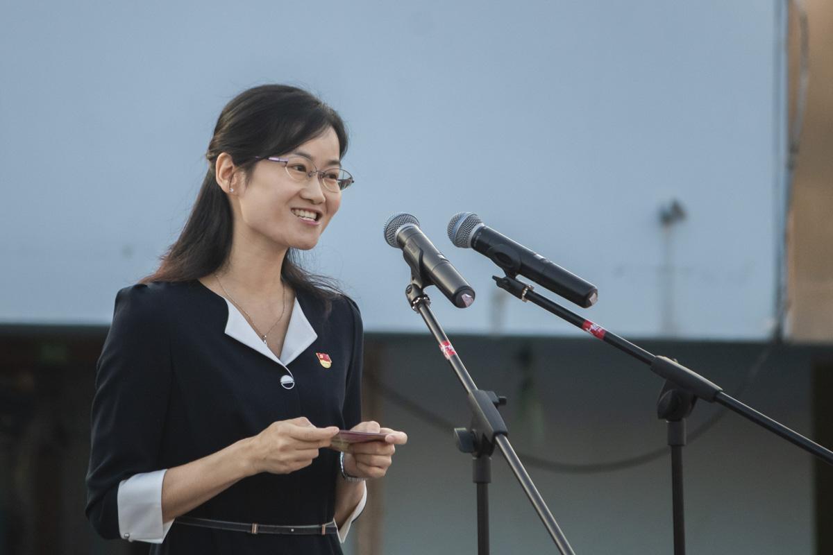 教师代表霍慧新发表国旗下讲话【学通社记者 章洁瑜 摄】