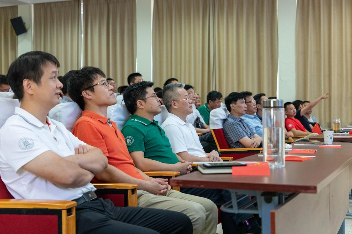 廖书记与工学院同学老师们一同观看国庆阅兵仪式【学通社记者 骆嘉 摄】