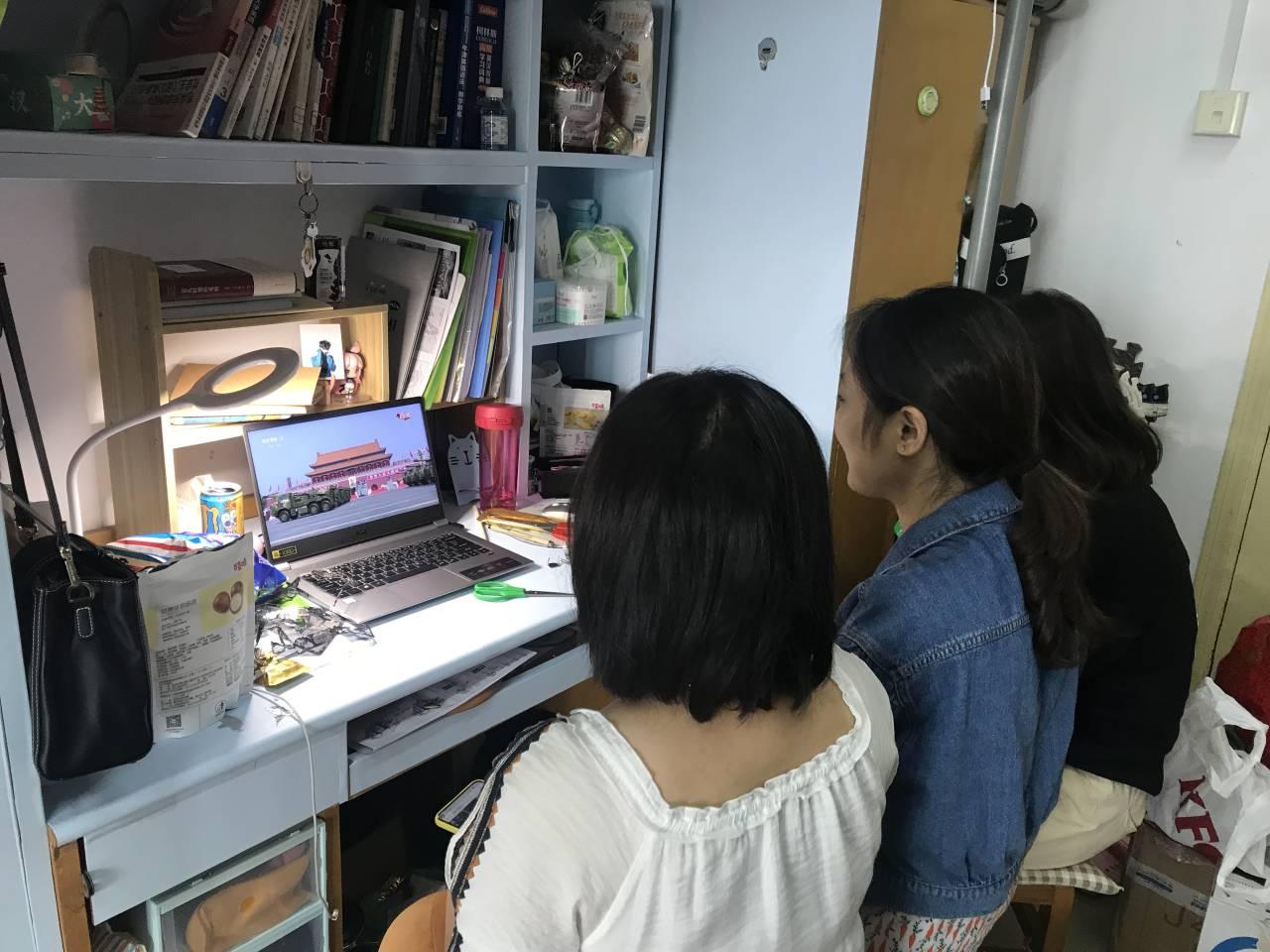 学生在宿舍自行收看
