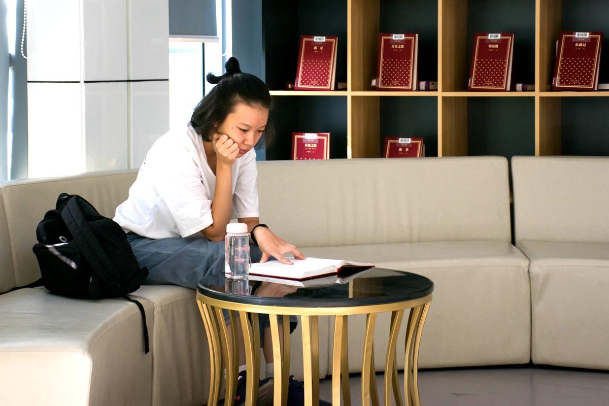 2019.10.1图书馆三楼阅读推荐书籍的同学【学通社记者 周奕淳 摄】