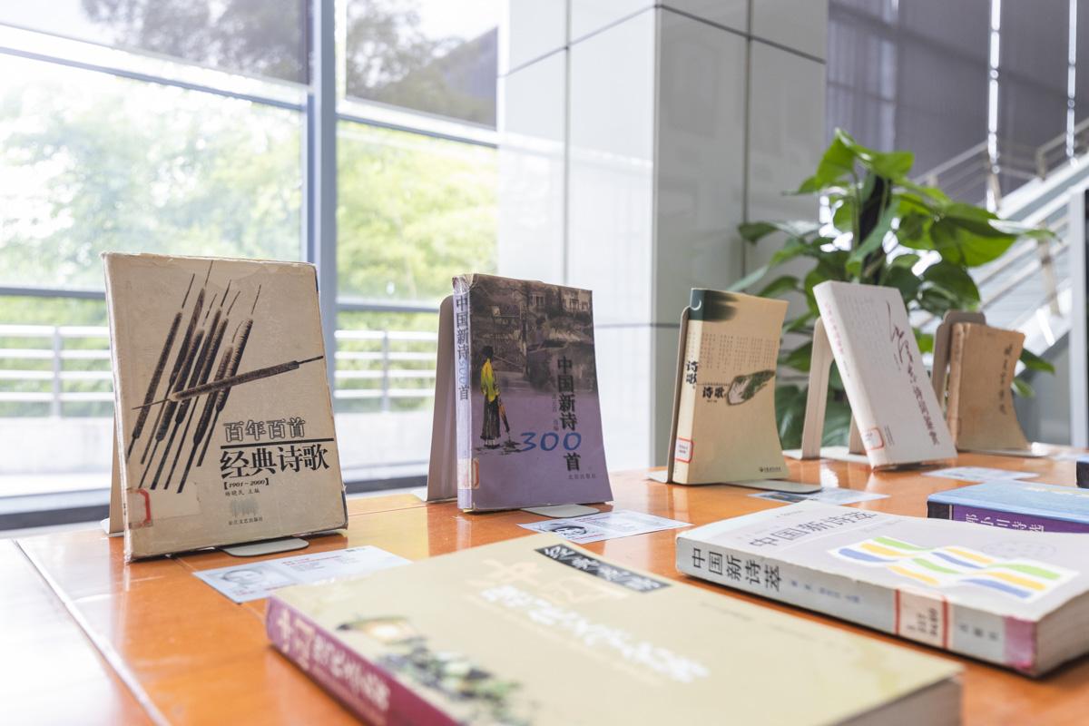 """图书馆""""70年:影响中国人精神成长的文学作品展""""中陈列的图书【学通社记者 章洁瑜 摄】"""
