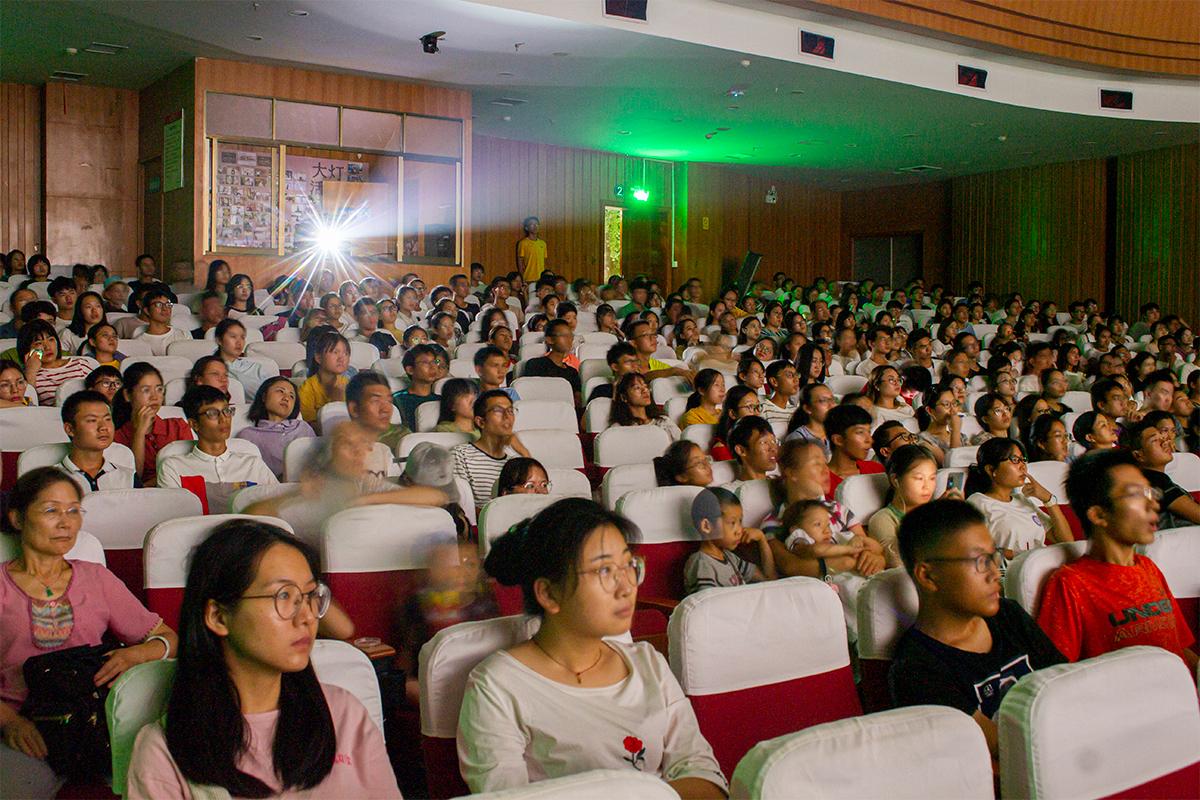 大伙剧场内,来看电影的人很多【学通社记者 李靖威 摄】