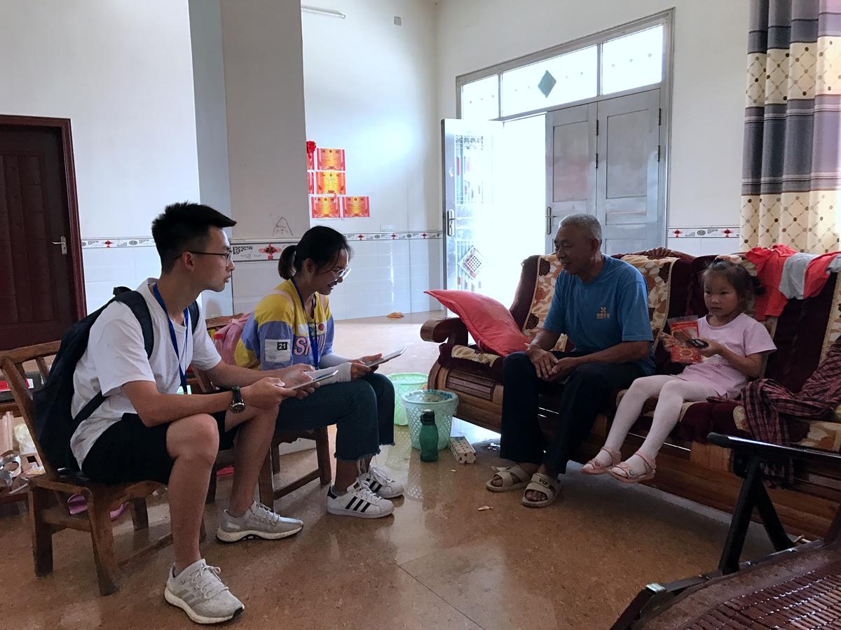 调研员在湖北谷城县柳铺村入户访谈