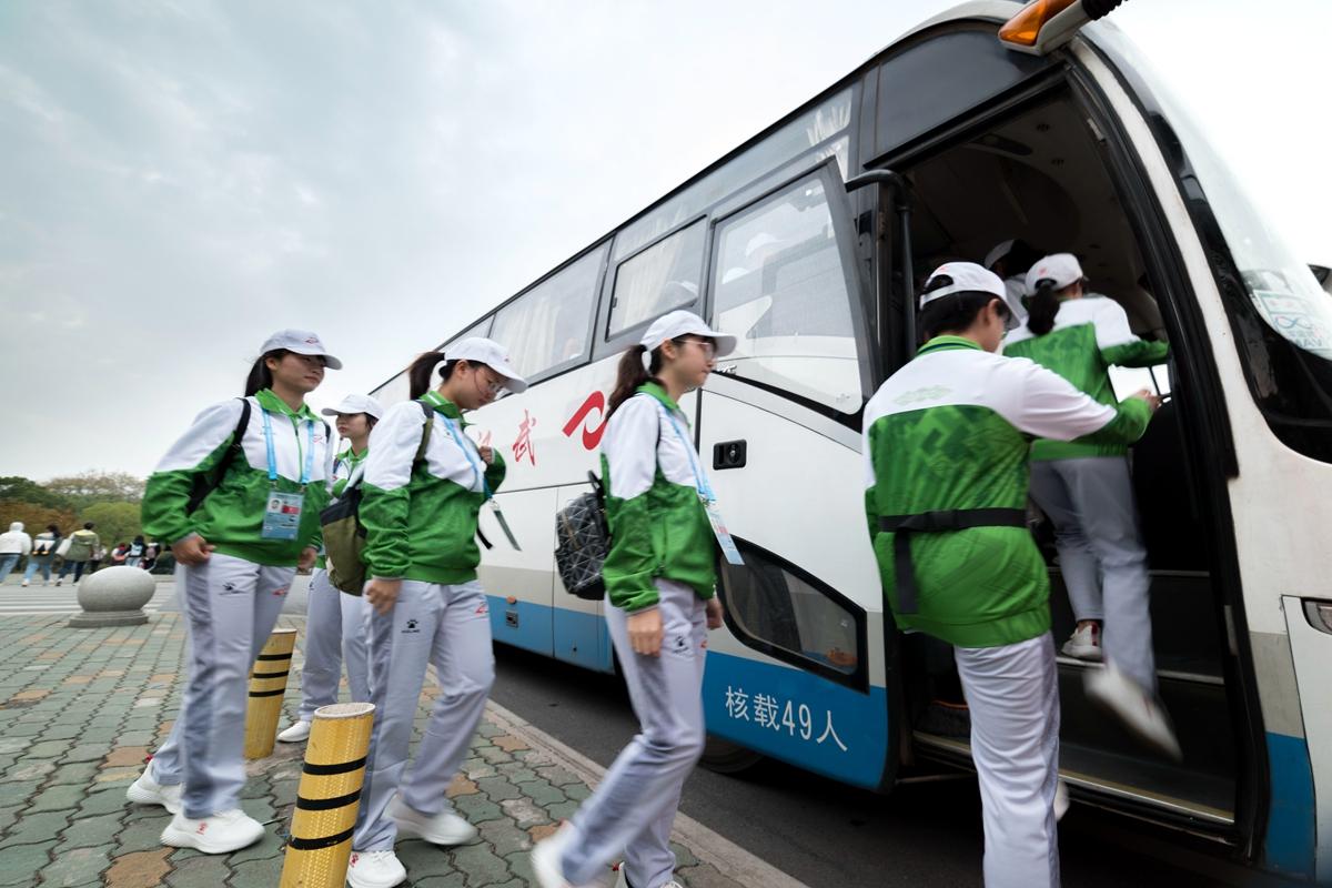 2 志愿者排队登车【学通社记者 段智为 摄】_副本