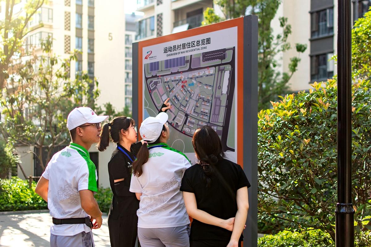 8 志愿者正在观察地图【学通社记者 刘航 摄】_副本