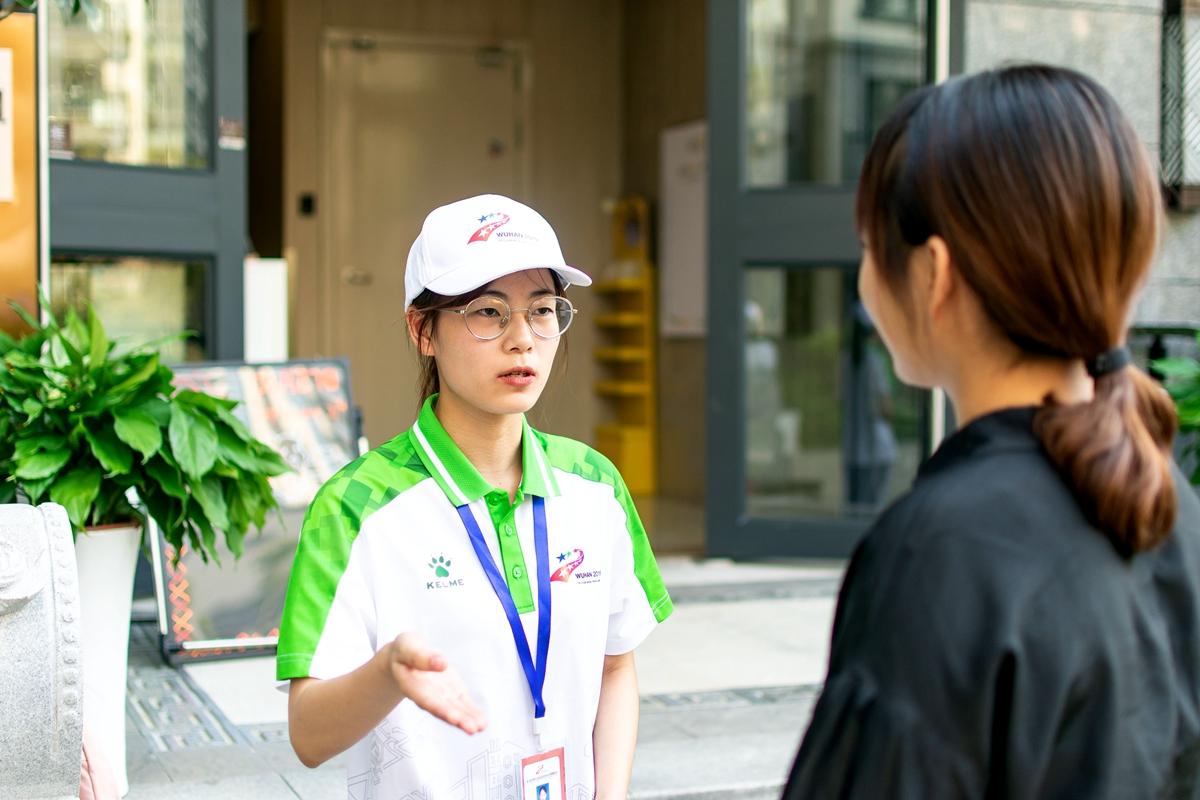 7 志愿者正在回答培训老师问题【学通社记者 刘航 摄】 (2)_副本