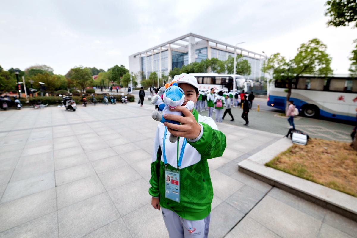0 志愿者向记者展示吉祥物【学通社记者 段智为摄】_副本