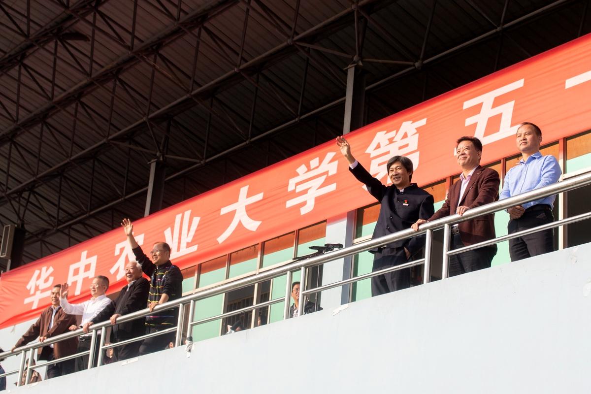 1 校领导向方阵挥手致意舞狮队摆出阵势【学通社记者 黄荣菁 摄】