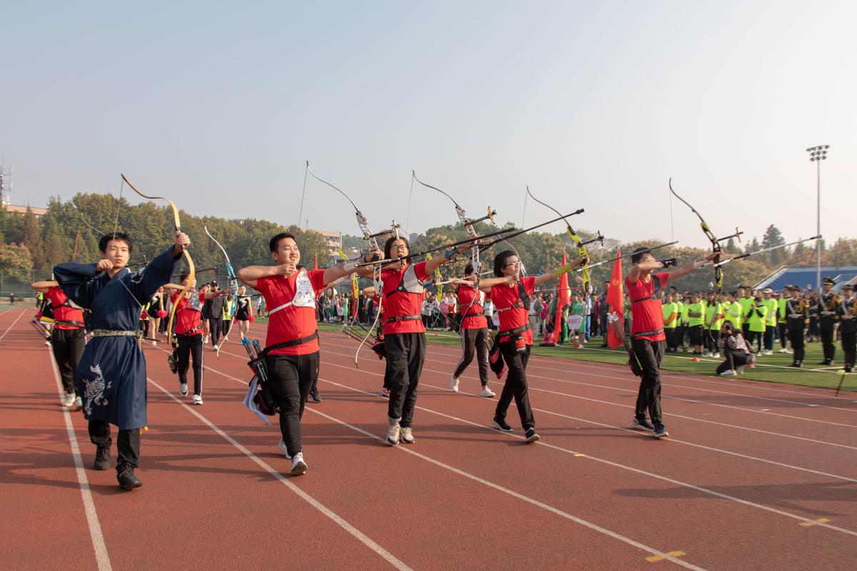 体育部方阵在行进间展示射箭课程(学通社记者 张小雨 摄)