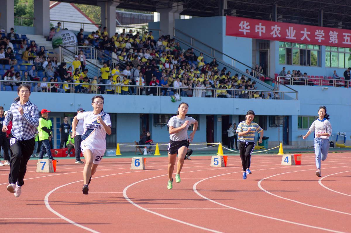 女子800米项目开跑,运动员们奋力冲出起点(学通社记者 白一杰 摄)