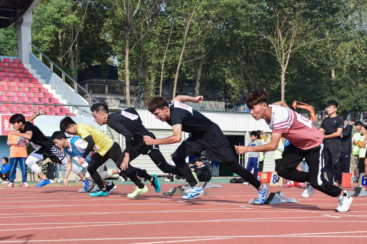 男子100米比赛(学通社记者 于君 摄)