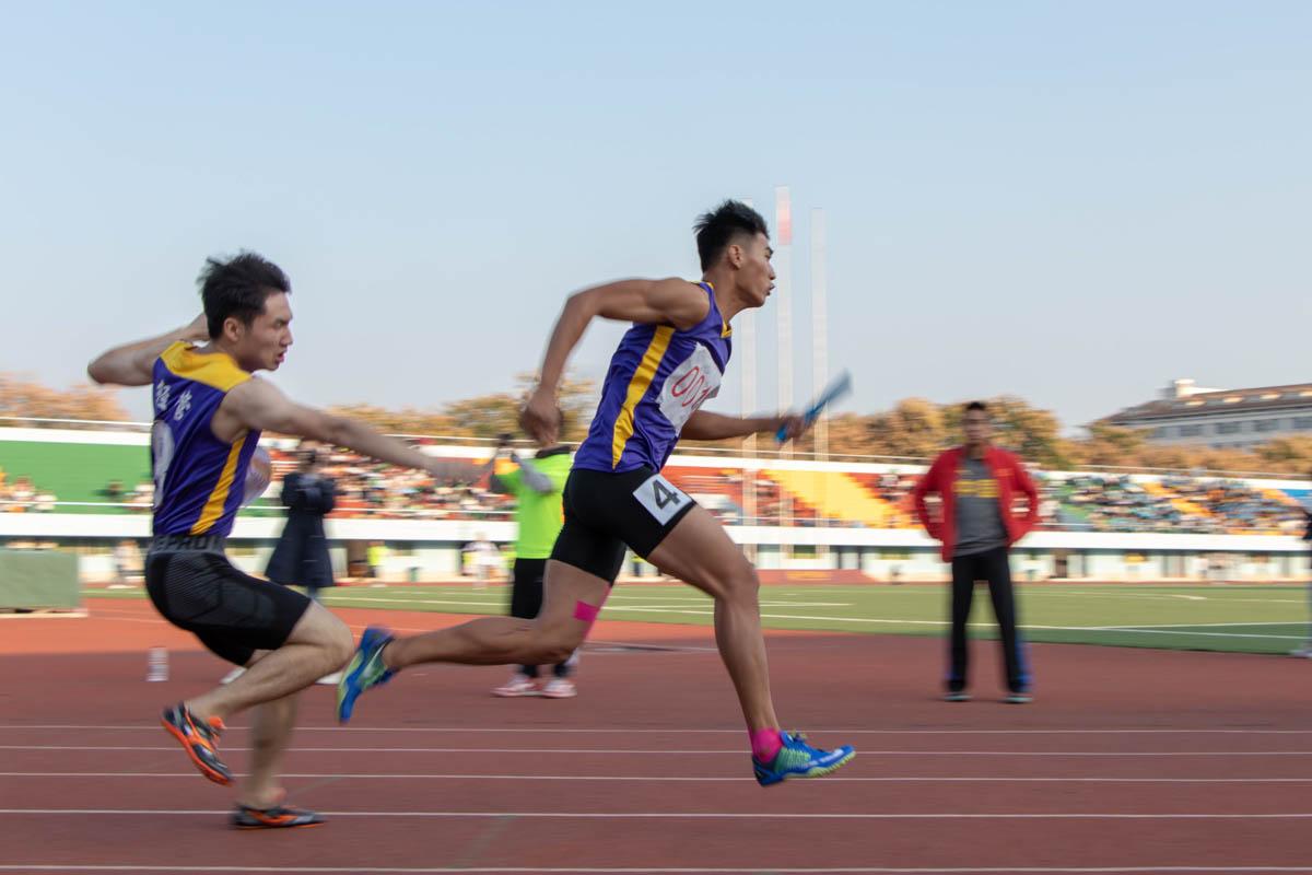 经管院运动员在进行男子4x100米接力赛(学通社记者 王依凡 摄)