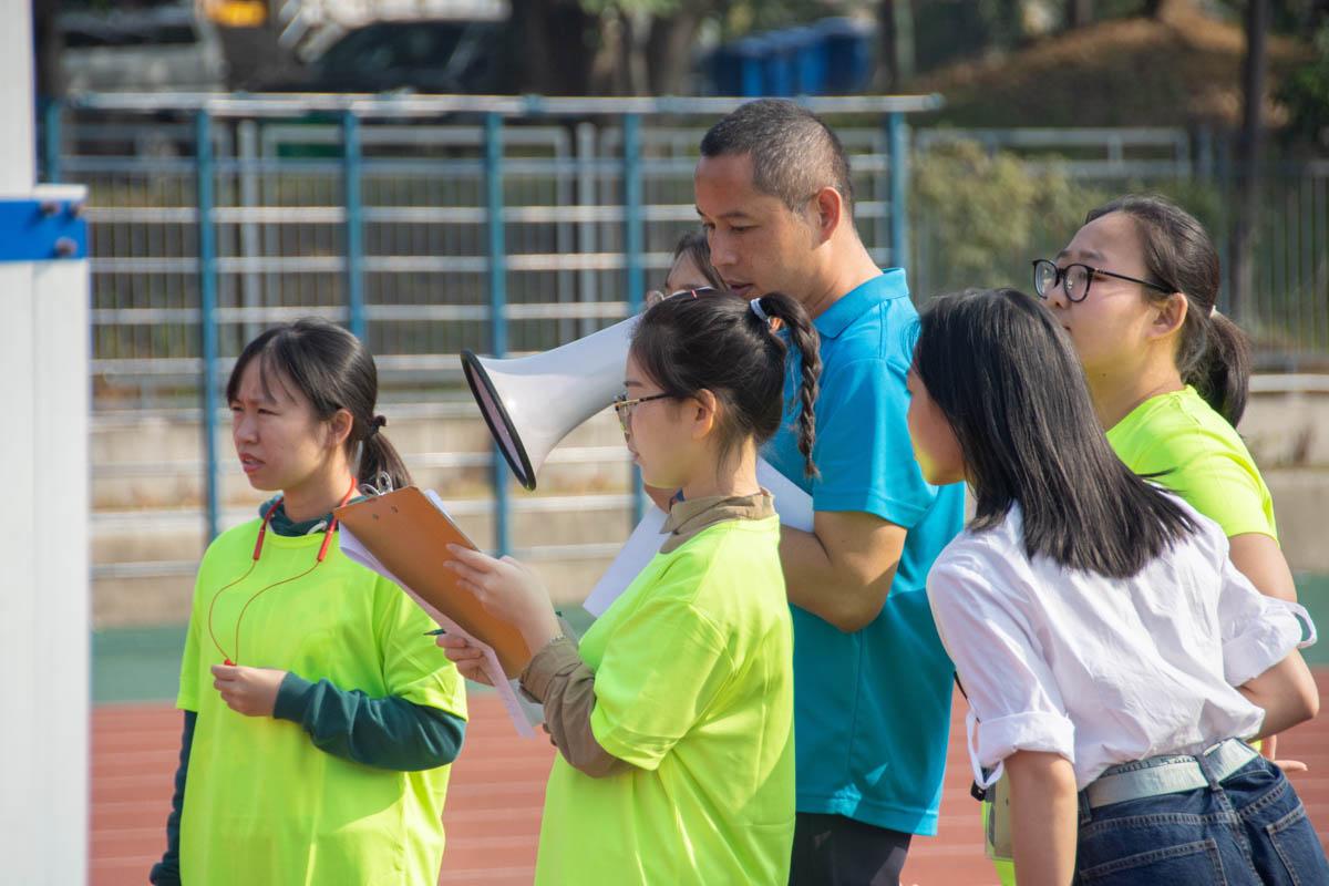 志愿者在进行赛前核对(学通社记者 万思邑 摄)