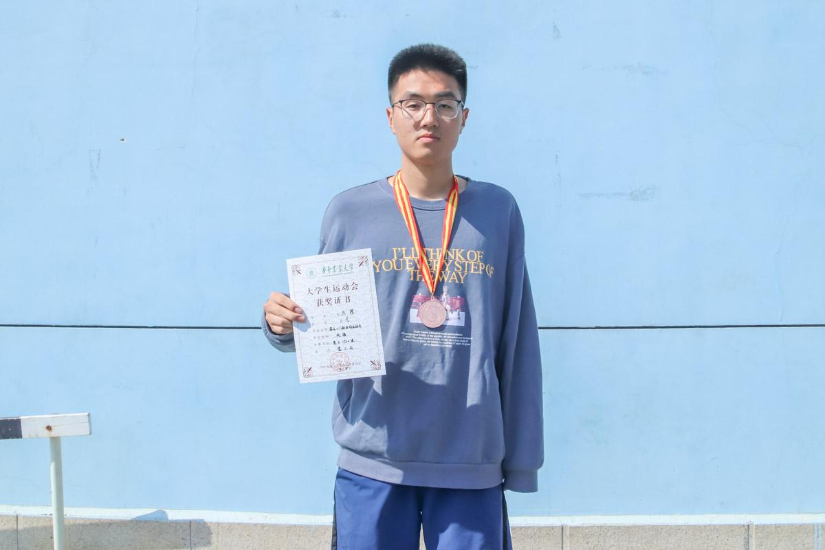 10月19日 校运会 带伤运动员王远楼 领奖后【学通社记者 周丹丹 摄】