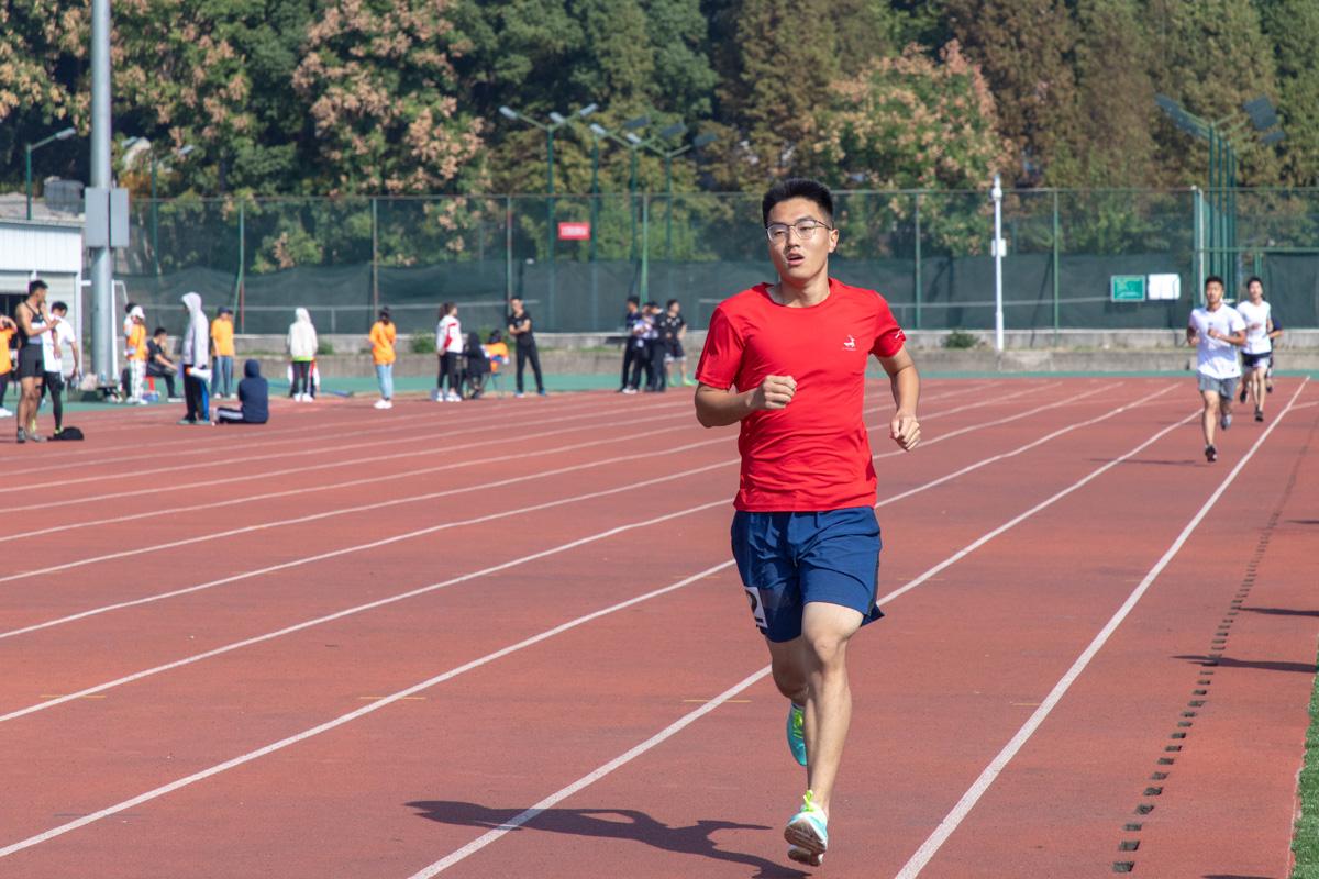 王远楼正在进行男子1500米比赛【学通社记者 张小雨 摄】