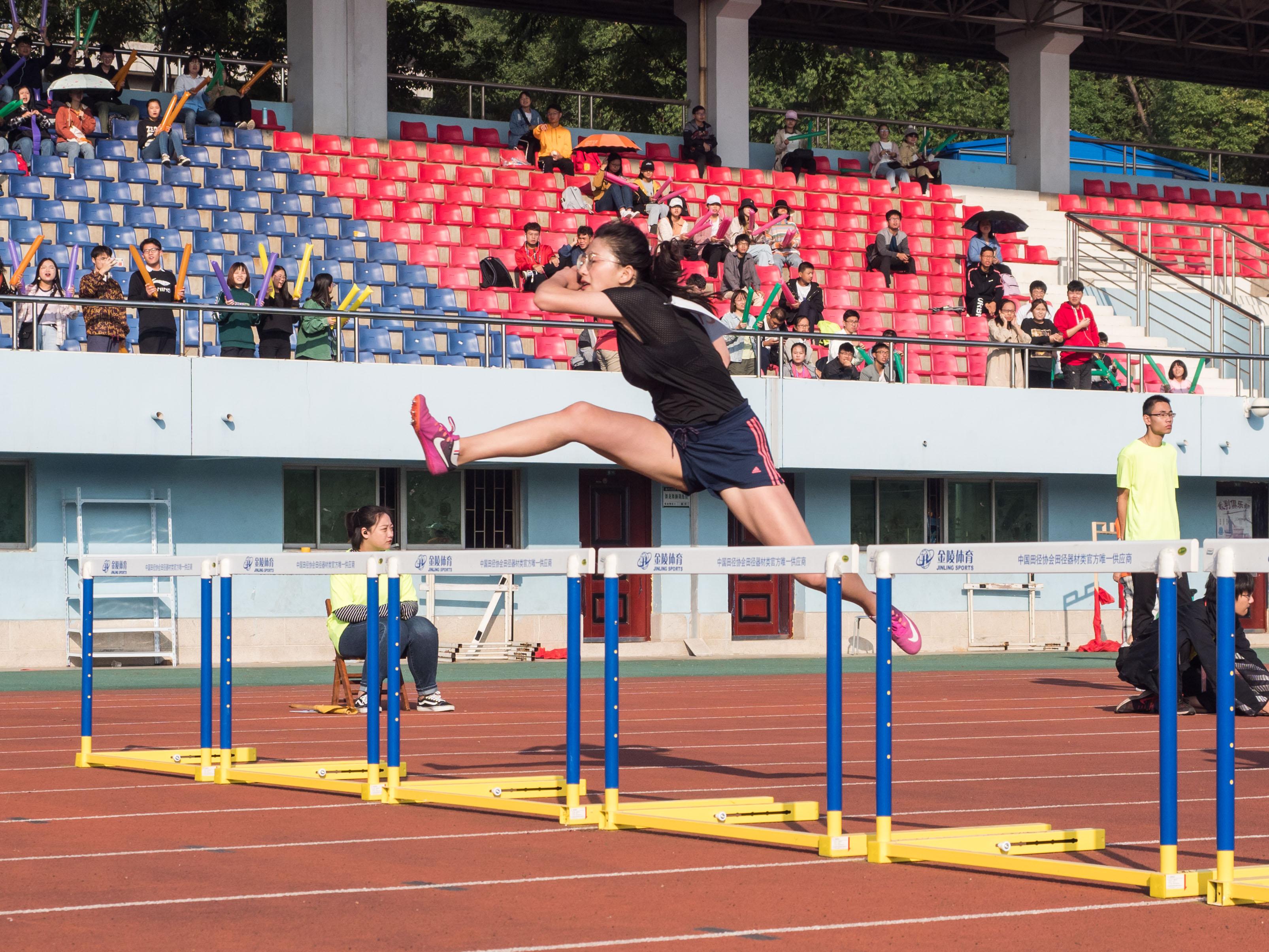 女子100米栏运动员跨栏瞬间(学通社记者 包丞 摄)