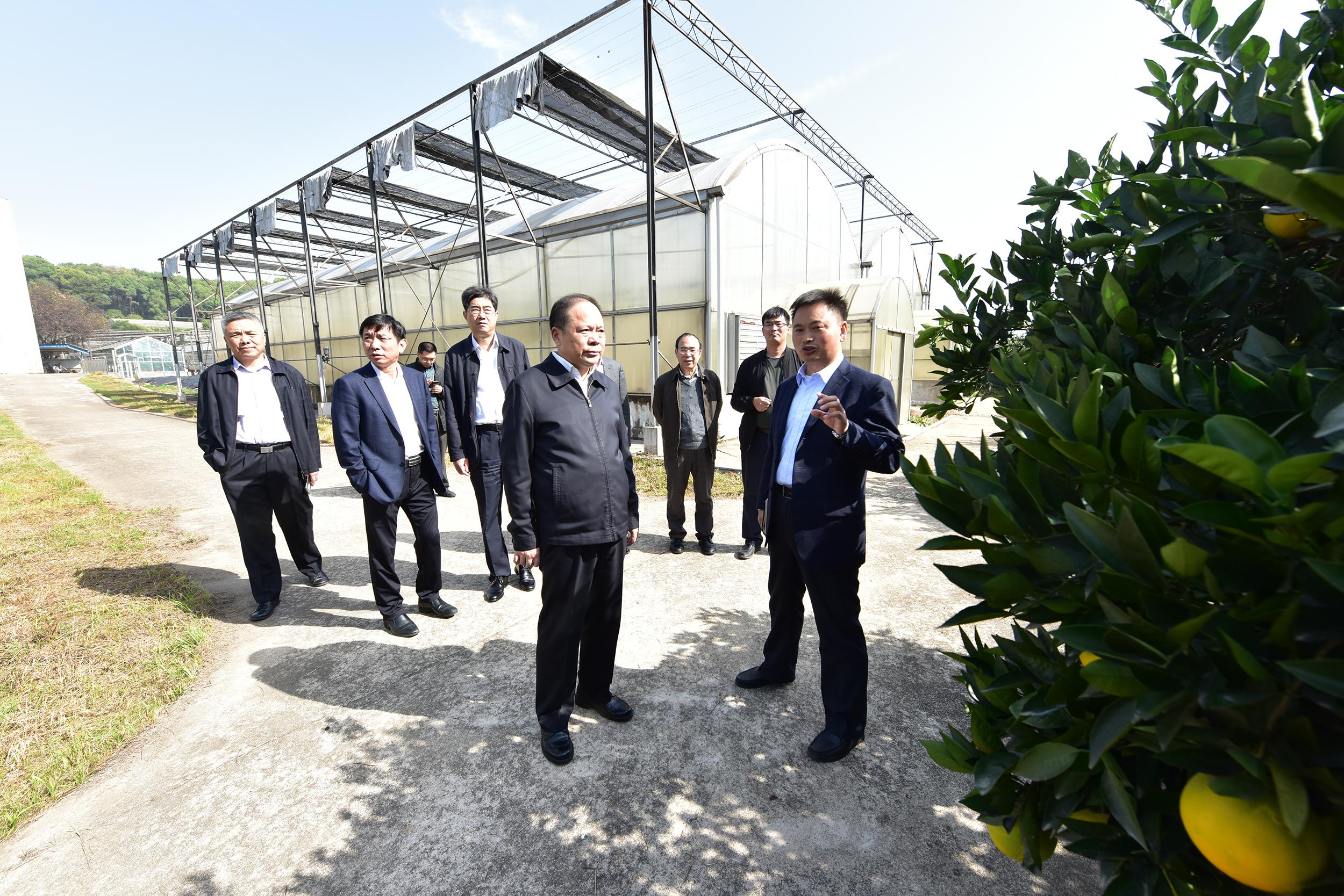 程运江教授为万勇介绍国家柑橘育种中心基本情况