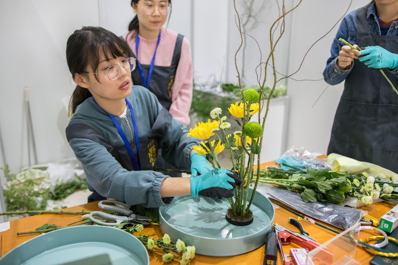 选手在调整插花作品中【学通社记者 欧静 摄】-1
