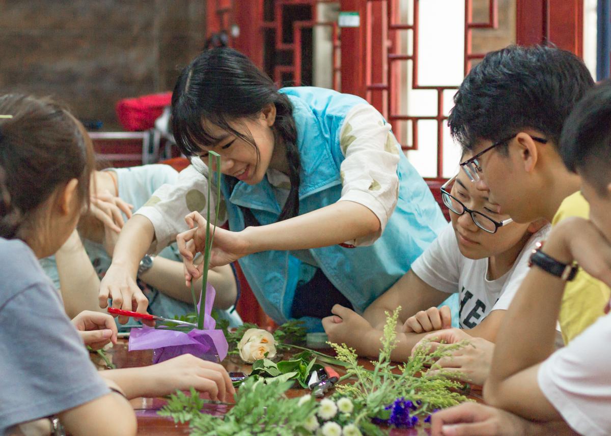园艺专业同学在体验插花【学通社记者肖倩 摄】