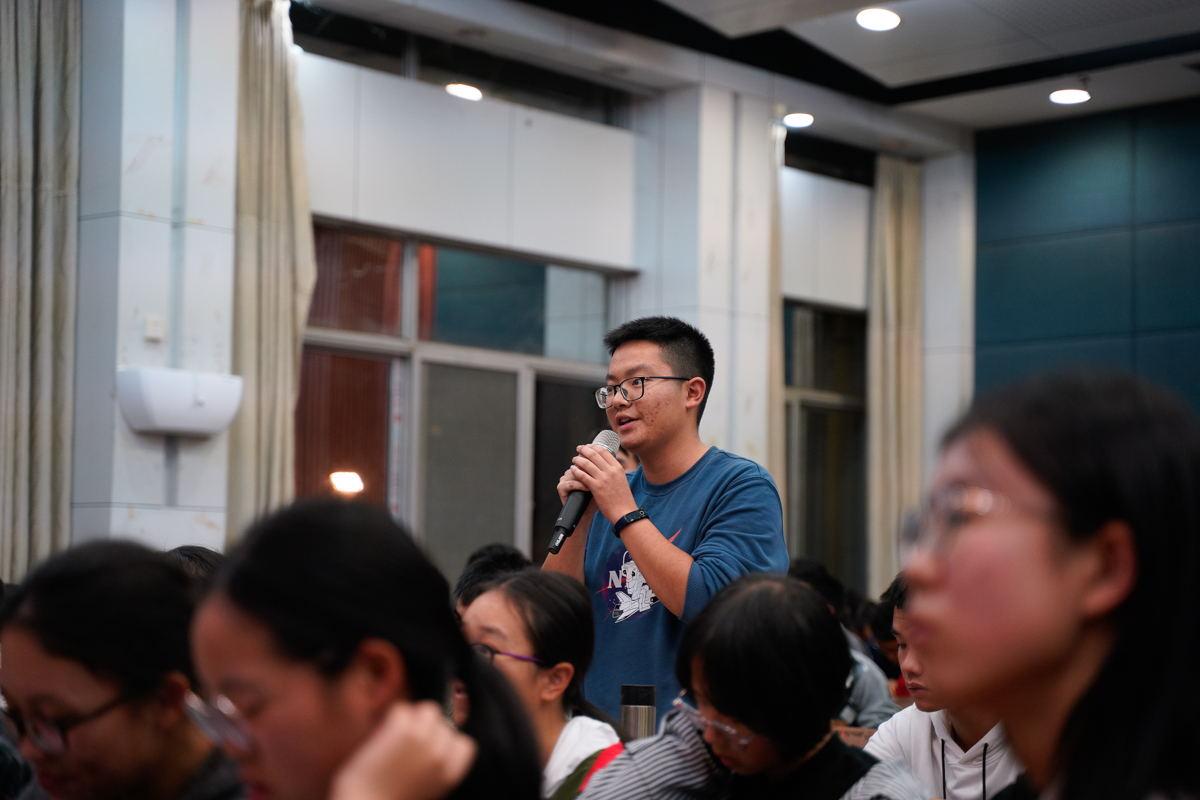 观众在向嘉宾提问【学通社记者王依凡 摄】_看图王
