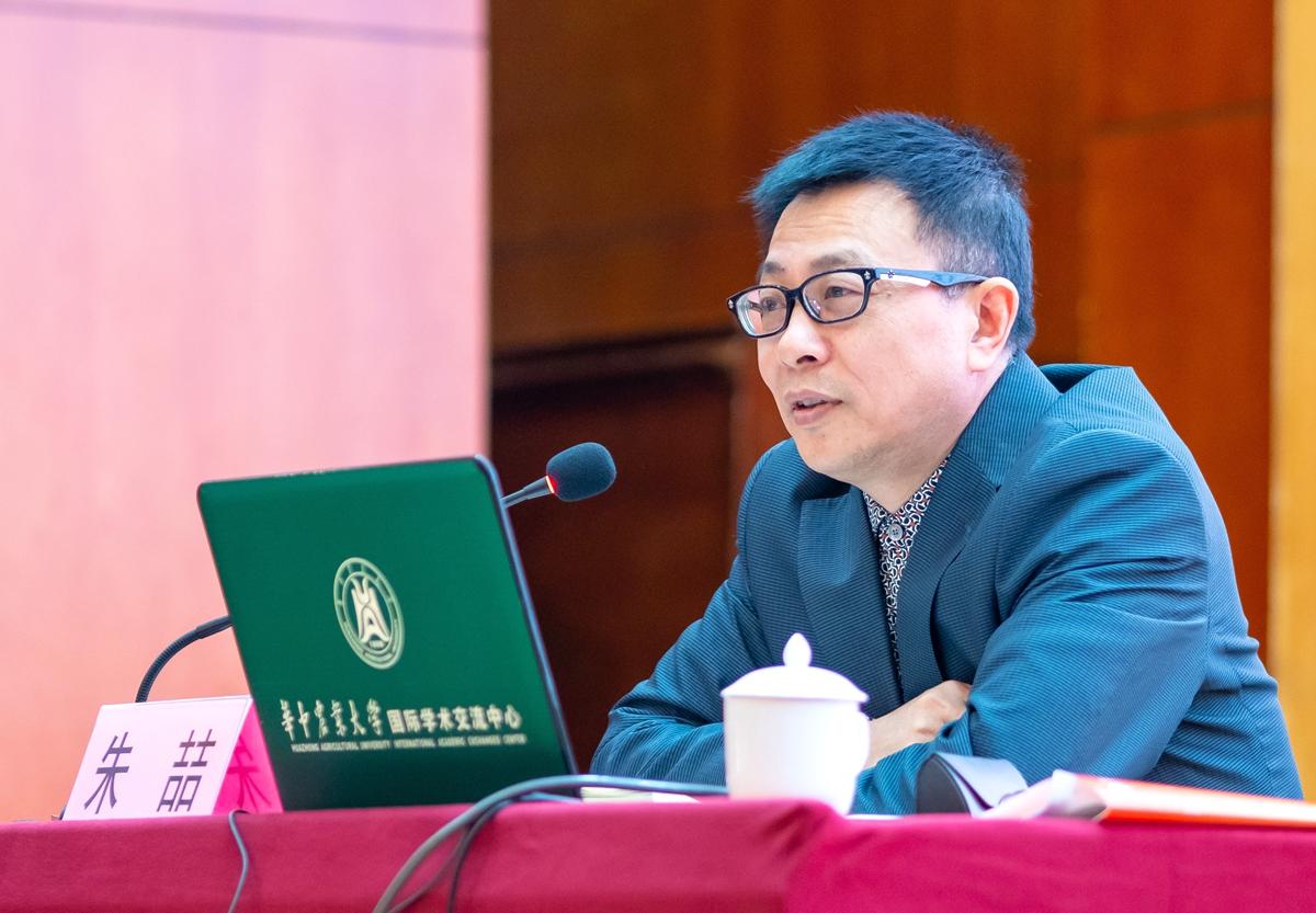 9 朱喆在研讨会上作报告【学通社记者 包丞 摄】