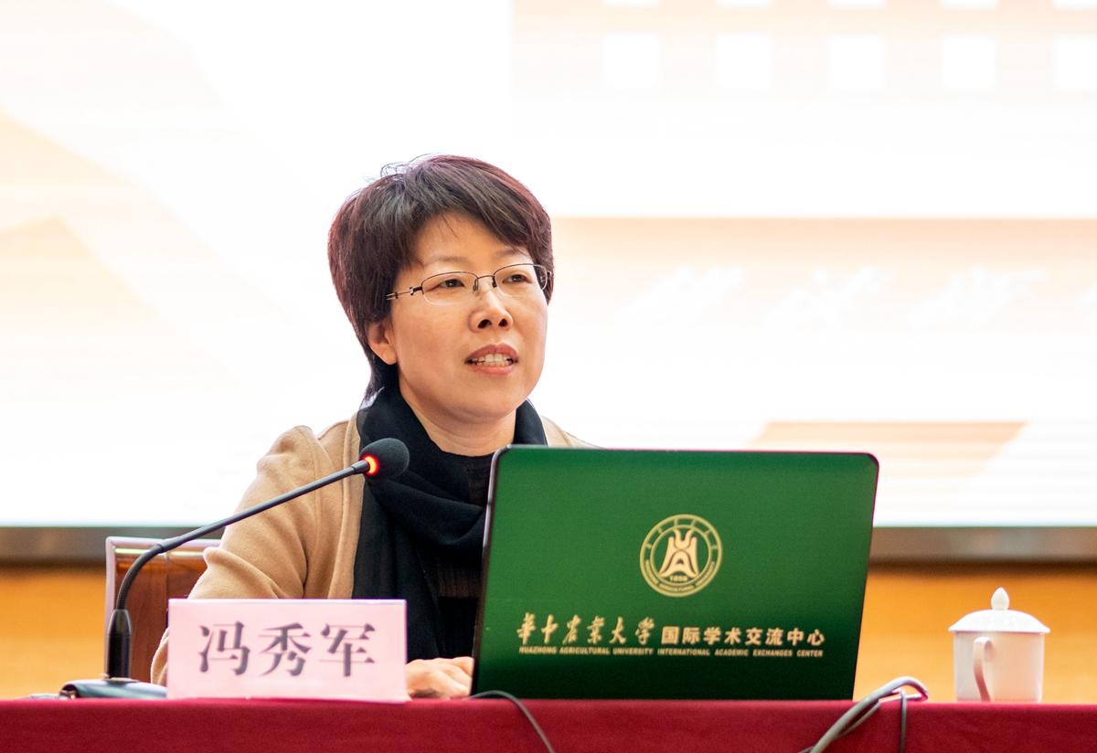 10 冯秀军在研讨会上进行交流分享【学通社记者 包丞 摄】